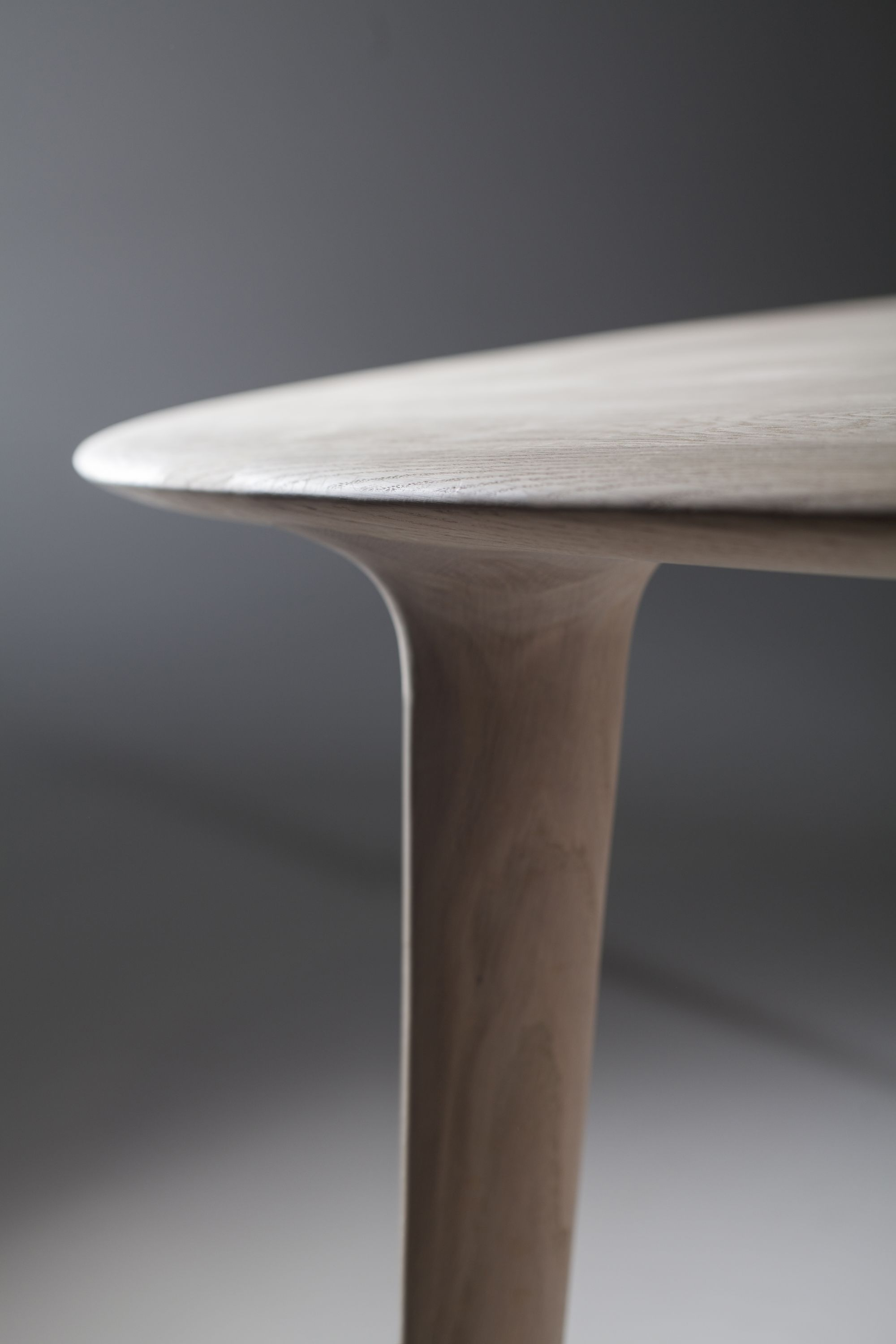 ARTISAN Luc oval table